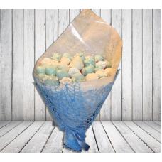 Клубничный букет в голубом цвете