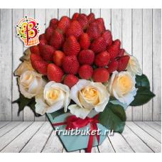 Клубника и розы в подарочной коробке