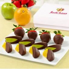 Апельсины, клубника и яблоки в шоколаде