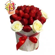 Клубника и белые розы в шляпной коробке