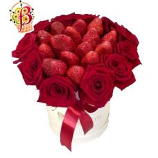 Клубника и красные розы в шляпной коробке