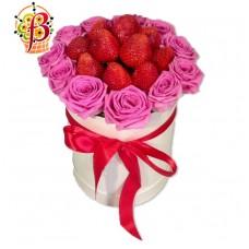 Клубника и розовые розы в шляпной коробке