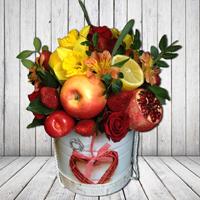 Букеты из целых фруктов и цветов