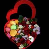Ягоды и цветы в коробке